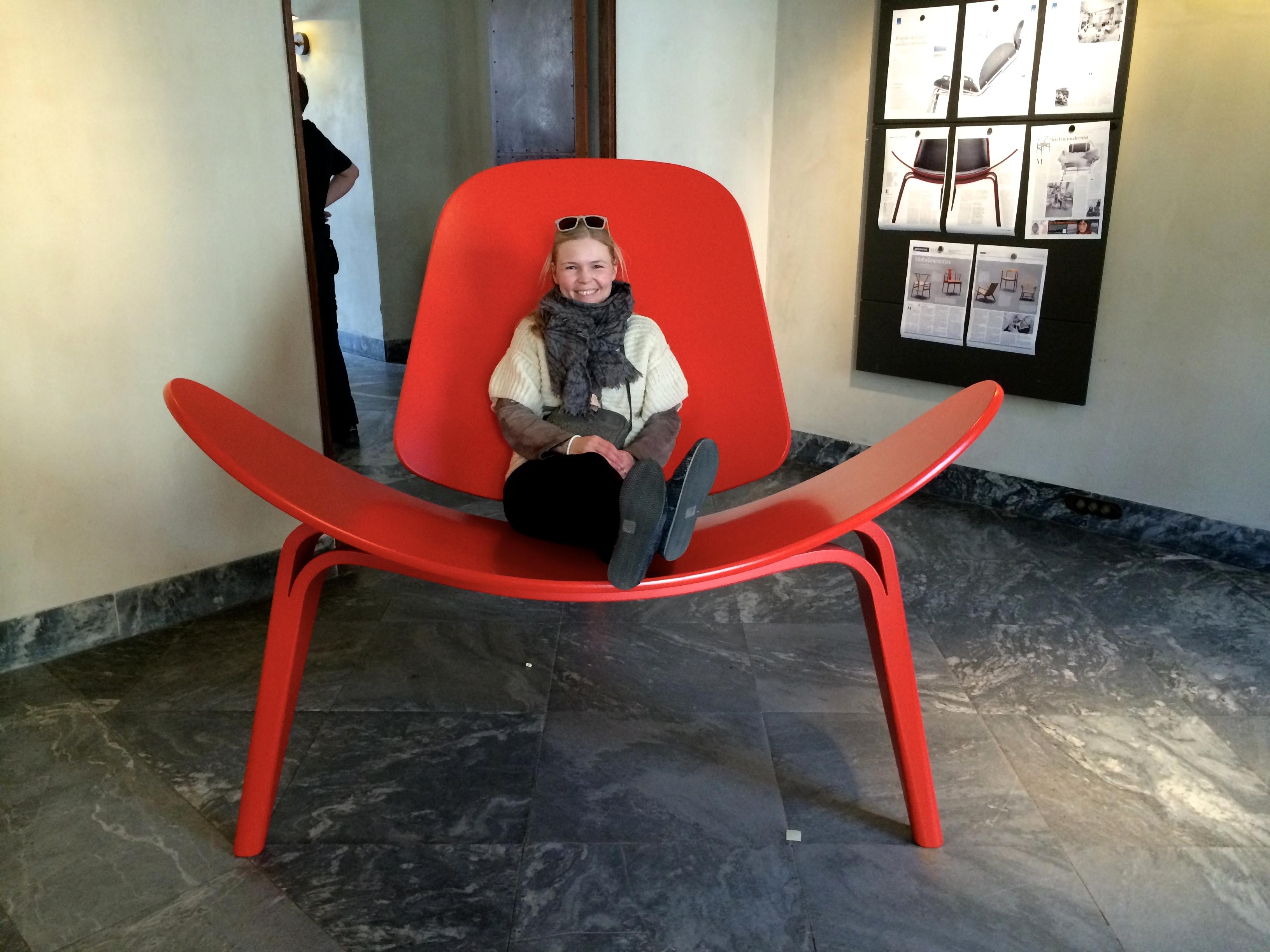 wegner_stor_rød_stol_udstilling