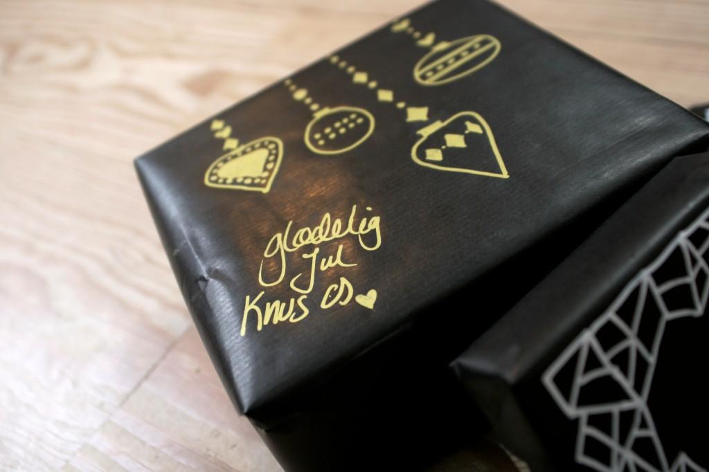 julegaveindpakning_guld_tegning_sort